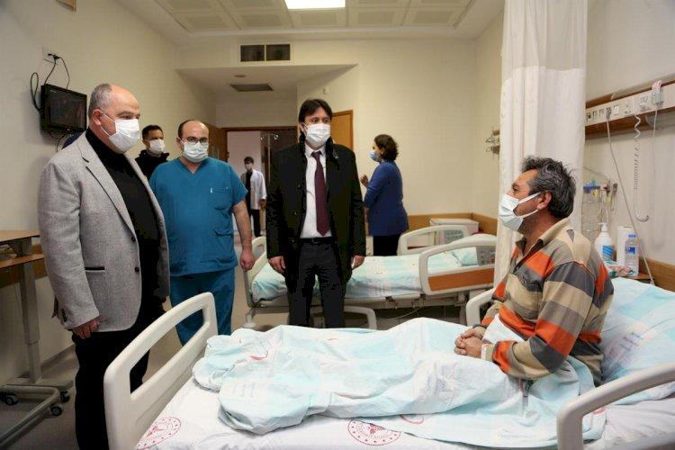 Vali Coşkun Yılbaşı Akşamı Hastanede Yatan Hastalarımız ile Görevi Başındaki Sağlık Çalışanlarımızı ve Güvenlik Güçlerimizi Ziyaret Etti